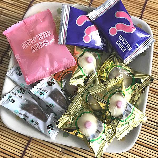コンドーム型のゼリー、おちんちん型チョコ、おっぱい型チョコ、秘密のチョコのミックス